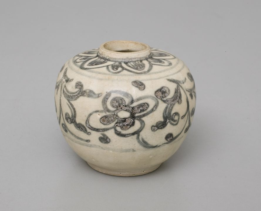 2011/100/24 Jarlet, porcelain, maker unknown, Vietnam, 15th-16th century. Click to enlarge.