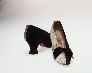 H4448-79 Slip on court shoes (pair), part of Joseph Box collection, womens, silk / linen / leather / paper, made by John Thomas for Henry Marshall, London, England, 1883-1885