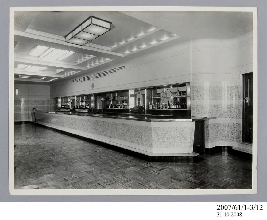 2007/61/1-3/12 Photographic prints (2), black and white, Chatswood Hotel bottle department, E A Bradford, Sydney, New South Wales, Australia, c.1939-1940. Click to enlarge.