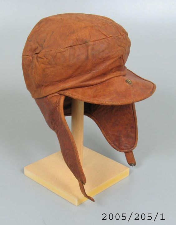 2005/205/1 Aviatrix's flying cap, leather / cotton / metal, used by Millicent Bryant, Sydney, New South Wales, Australia, first female to hold a pilot's licence in Australia, maker unknown, made in England, 1926-1927. Click to enlarge.