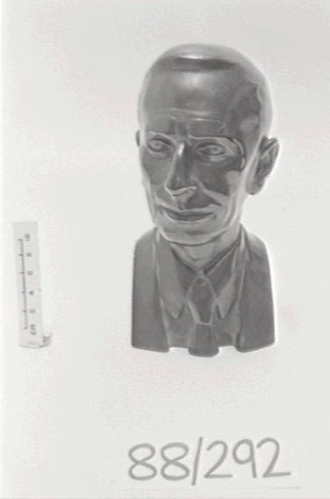 88/292 Bust of Arthur de Ramon Penfold, 'Bakelite', phenol-formaldehyde resin, designed by Frederick Fuchs, manufactured by W. J. Manufacturing Co. Pty. Ltd., Sydney, New South Wales, Australia, [1950]. Click to enlarge.
