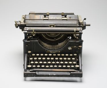 A8625 Typewriter, 'Underwood Standard No.5', metal / plastic / rubber / wood / textile, made by Underwood Typewriter Co Inc, United States of America, 1900-1932