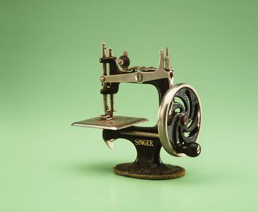 85/2577-168 Singer toy sewing machine, miniature 'Singer', No.20, with 7-spoked hand wheel and numbered threading path, metal / paint, made by Singer Manufacturing Co, Elizabethport, New Jersey, United States of America, 1926-1950