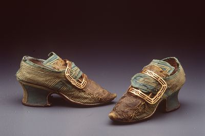 H4448-2 Buckle shoes, pair, womens, appliqued silk / leather / linen and buckles, pair, metal, maker unknown, England, 1740-1749 / c. 1777