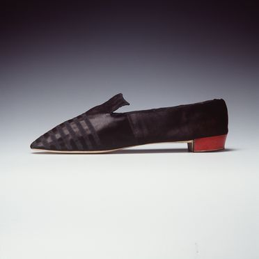 H4448-23 Tabbed shoe, part of Joseph Box collection, womens, silk satin / linen / leather / brass, maker unknown, made for the Duchess of Richmond, England, 1835-1845