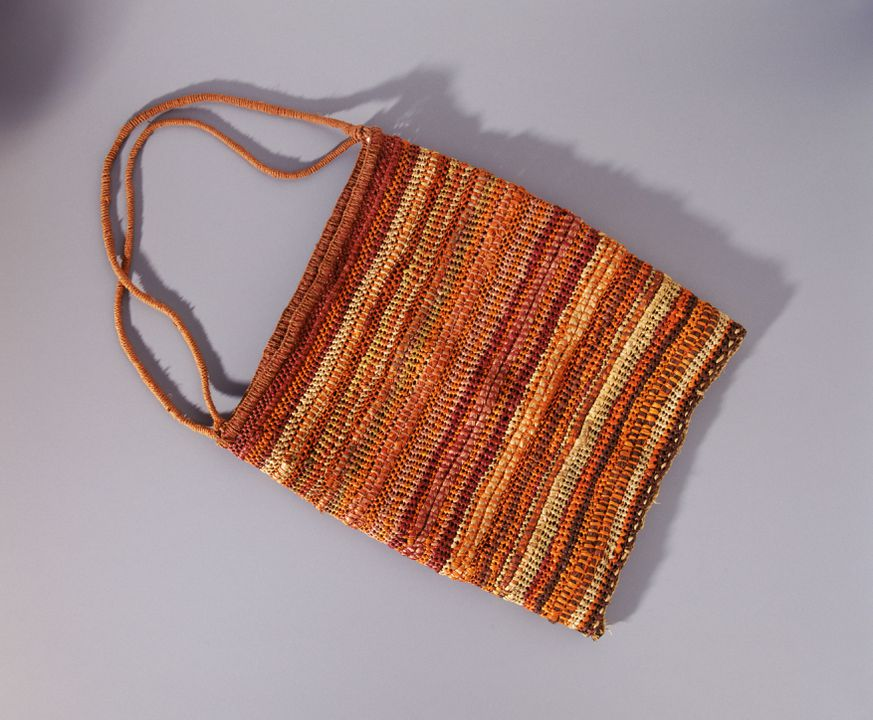 96/304/7 Bag, string bag (djerrk), pandanus leaves / Brachychiton diversifolius bark string / knotted loops / stitched plaited coils / natural dyes, made by Alma Abbakoyok, at Maningrida, Central Arnhemland, Northern Territory, 1995. Click to enlarge.