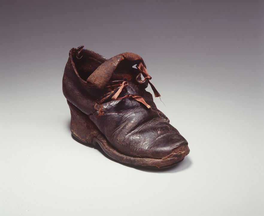 H4448-1 Tie shoe, part of the Joseph Box collection, girls, single, leather / timber, maker unknown, England, 1700-1710. Click to enlarge.
