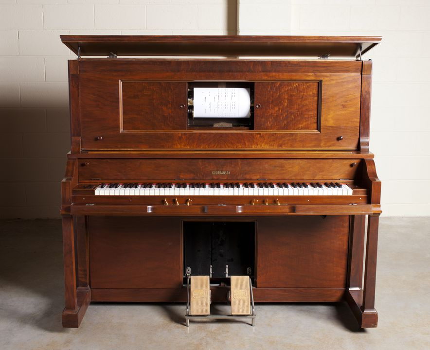 2006/151/21 Upright player piano, wood / iron / brass, made by Gulbransen, Chicago, Illinois, United States of America, 1924. Click to enlarge.