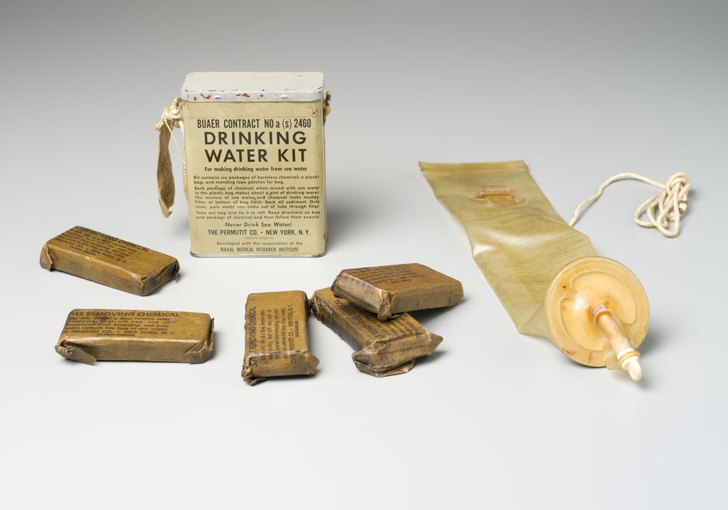 H4656 Water desalting kit, plastic / metal / contents / paper / textile, made by Permutit Company, United States of America, 1944. Click to enlarge.