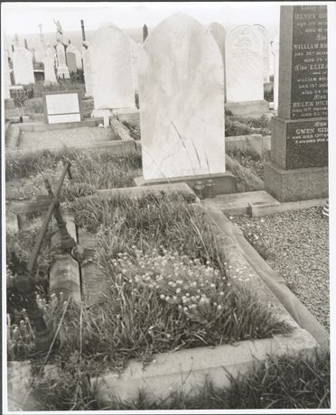P2903-1/21 Photographic print, black and white, Lawrence Hargrave's grave at Waverley Cemetery, Waverley, New South Wales, c1977