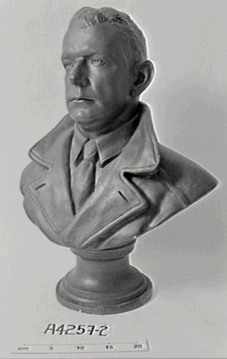 A4257-2 Bust, Charles Ulm, plaster / bronze, made by Thelma Dahle, Australia, 1929-1939. Click to enlarge.