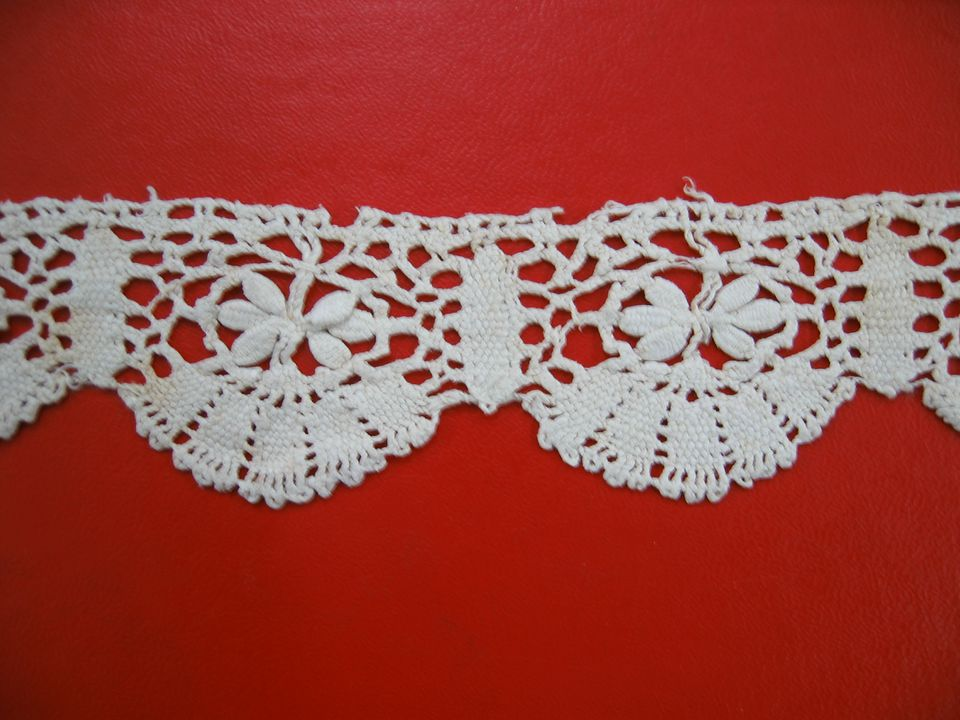 93/27/4 Lace border, bobbin lace, linen, maker unknown, probably Italy, 1600-1650. Click to enlarge.