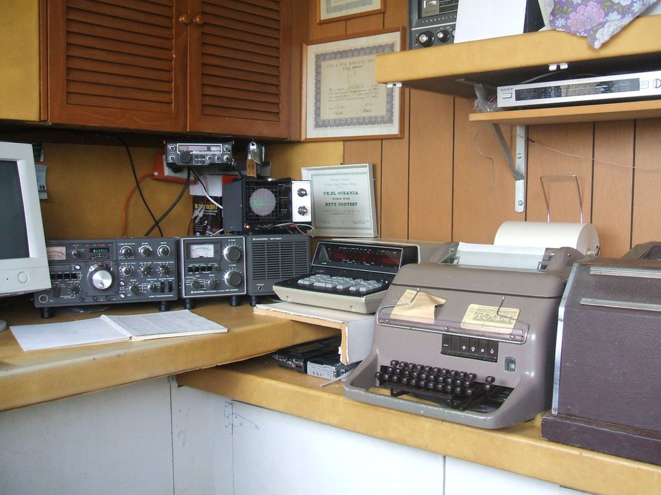 2008/16/2 Amateur radio equipment, metal / plastic / glass / electronic components, designed by various makers, Sydney, New South Wales, Australia, 1970-1989. Click to enlarge.