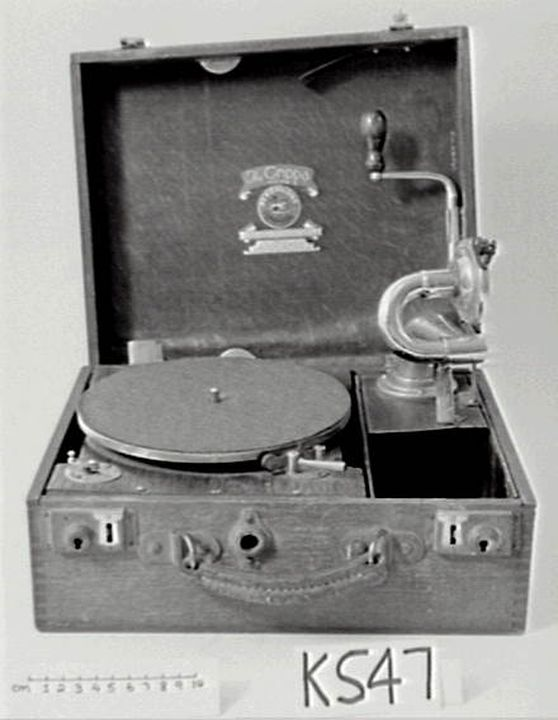 K547 Gramphone, portable, 'The Grippa Portable Perophone', wooden box, hinged lid, metal turntable inside, arm fitting into side compartment, handle for winding, Perophone Ltd British Manufacture, London, England, c. 1930-1939 (OF).. Click to enlarge.