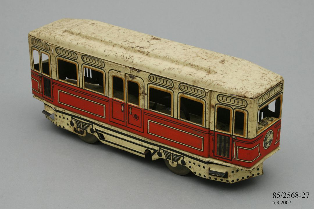 85/2568-27 Toy tram, tin plate, made by Gunthermann, Germany, 1930. Click to enlarge.