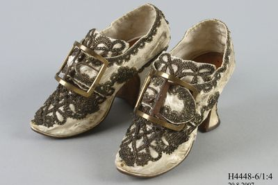 H4448-6 Buckle shoes, pair, womens, appliqued silk satin / leather / linen and buckle, pair, metal, maker unknown, England / unknown, 1760-1769 / date unknown