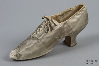 H4448-30 Oxford shoe, womens, silk satin / leather, made by [Pattison], London, England, 1855-1865
