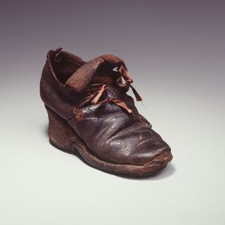 H4448-1 Tie shoe, girls, leather / wood, maker unknown, England, 1700-1710
