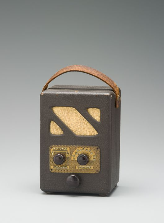 2007/17/14 Radio receiver, 'Handie Talkie' portable radio, and documents, wood / glass / electronic components / metal / paper, designed by Radio & Hobbies radio engineers, made by David Hain, Sydney, New South Wales, Australia, 1947. Click to enlarge.