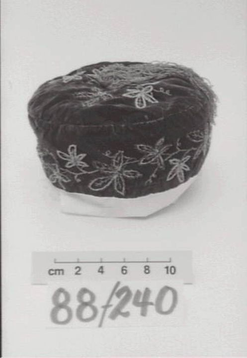 88/240 Smoking cap, mens, velvet / textile, maker unknown, place of production unknown, c. 1870. Click to enlarge.