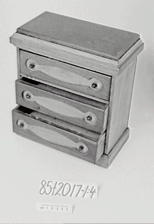 85/2017 Toy chest of drawers, John Stark, Newcastle, Australia, c 1900. Click to enlarge.