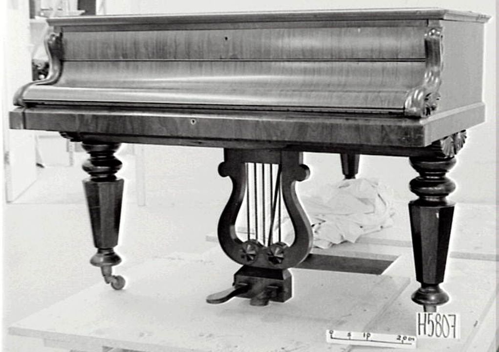 H5807 Grand pianoforte, timber, metal & ivory, John Broadwood & Sons, London, 1851.. Click to enlarge.
