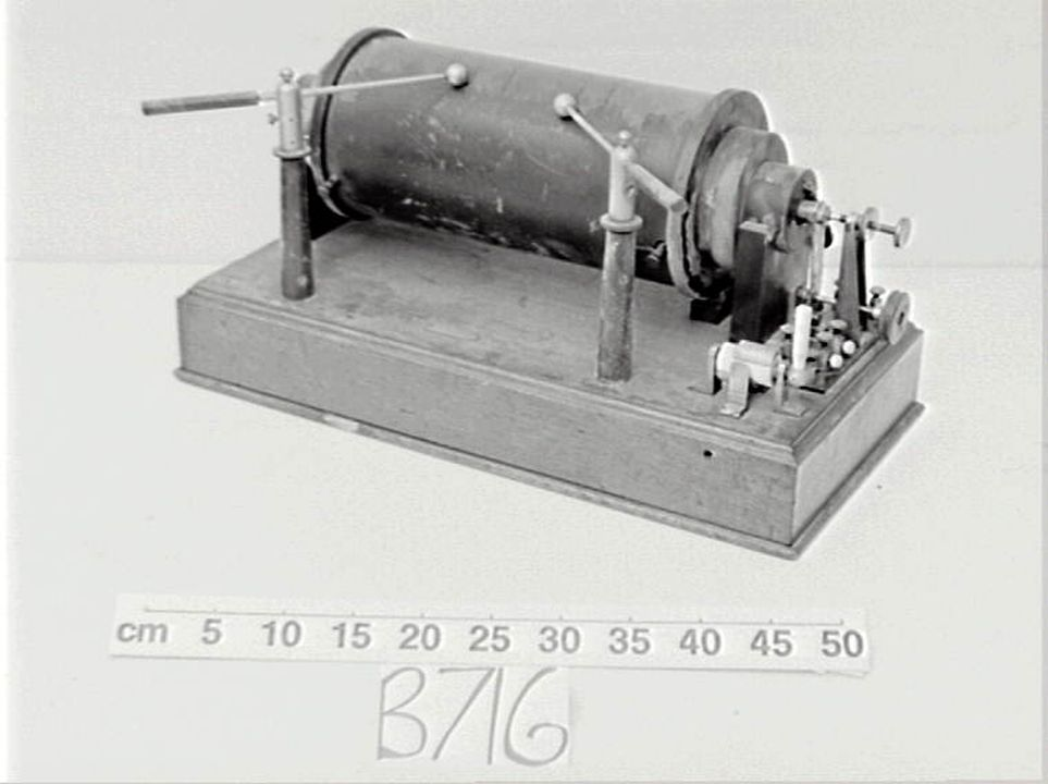 B716 Induction coil, model 'No 39830', metal / wood / ivory, Macronis Wireless Telegraph Co Ltd, London, England, 1900-1963. Click to enlarge.