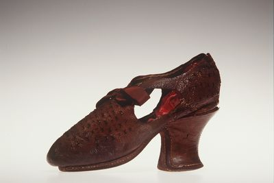 H4448-3 Tie shoe, womens, leather / silk, maker unknown, England, 1610-1620