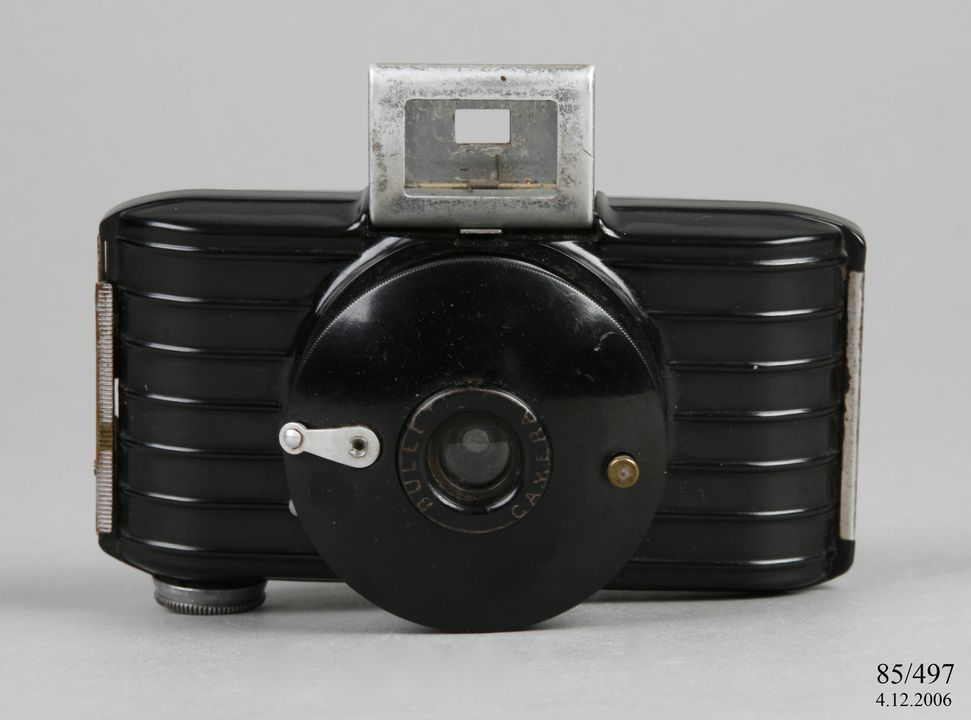 85/497 Camera, 'Bullet', Bakelite / glass / metal, made by Eastman Kodak, Rochester, New York, United States of America, 1936-1942. Click to enlarge.