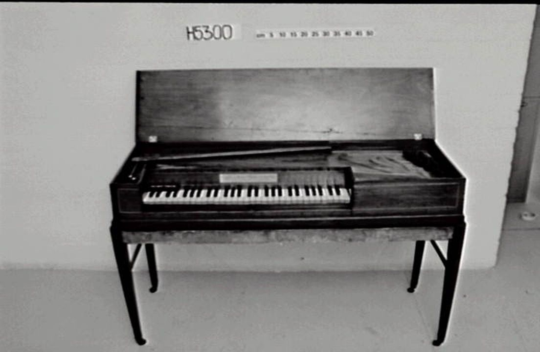 H5300 Square pianoforte, Longman & Broderip, London, 1782-1798.. Click to enlarge.