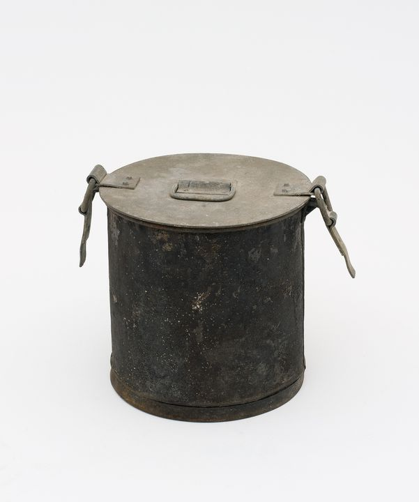 2000/22/1 Sanitary pan with lid (dunny can toilet), metal, maker unknown, used at Matraville, New South Wales, Australia, 1950-1970. Click to enlarge.