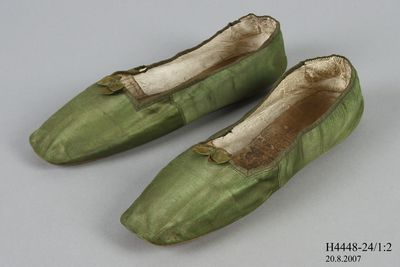 H4448-24 Slip on shoes, pair, womens, silk satin / leather, made by Gundry & Sons, London, England c. 1832