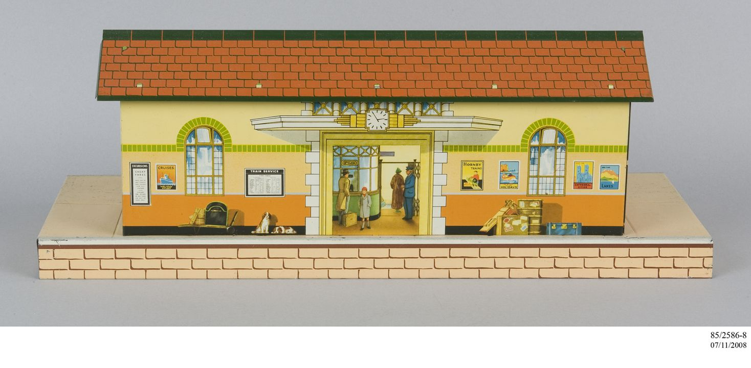 85/2586-8 Toy railway station, Hornby No.3 railway station, 0-gauge, metal, made by Meccano Ltd, Liverpool, England, 1955-1957. Click to enlarge.