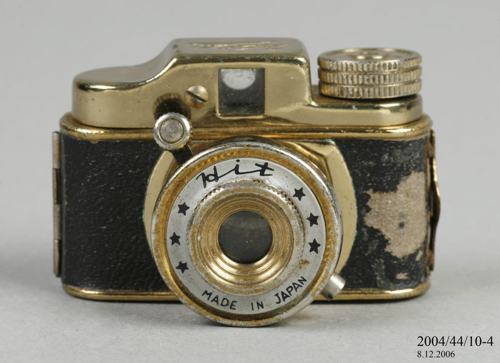2004/44/10-4 Miniature camera, 'Hit', metal / plastic / glass, made by the Tougodo Company, Japan, 1950-1969. Click to enlarge.