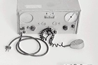 K805 Transceiver, Flying Doctor, type 60T25, metal-cased, Traeger Transceivers Ltd, Australia, c. 1950. Manufacturers of the first workable pedal wireless sets used by the Royal Flying Doctor Service (OF).