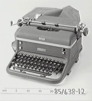 85/638 Typewriter and dust cover, probably model 8, metal / plastic, made by Halda, Sweden, 1914