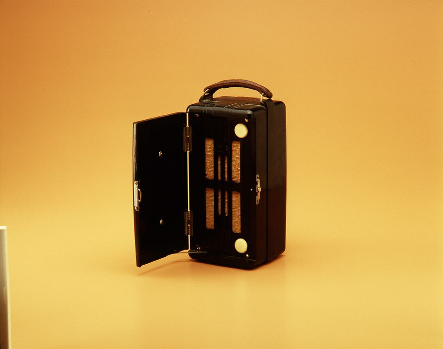 85/912 Radio, AWA model # 450P, leather / bakelite / fabric / electronic components, AWA, Australia, 1947. Click to enlarge.