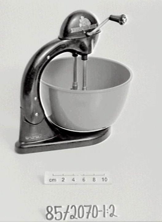 85/2070 'The Daily Maid Mixer' hand-operated food mixer (cake mixer), plastic / metal, mouldings by British Xylonite (Aust) Pty Ltd, made by W A Deutsher Pty Ltd, Point Nepean Road, Brighton, Victoria, Australia, 1947-1953. Click to enlarge.