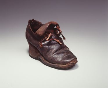 H4448-1 Tie shoe, part of the Joseph Box collection, girls, single, leather / timber, maker unknown, England, 1700-1710