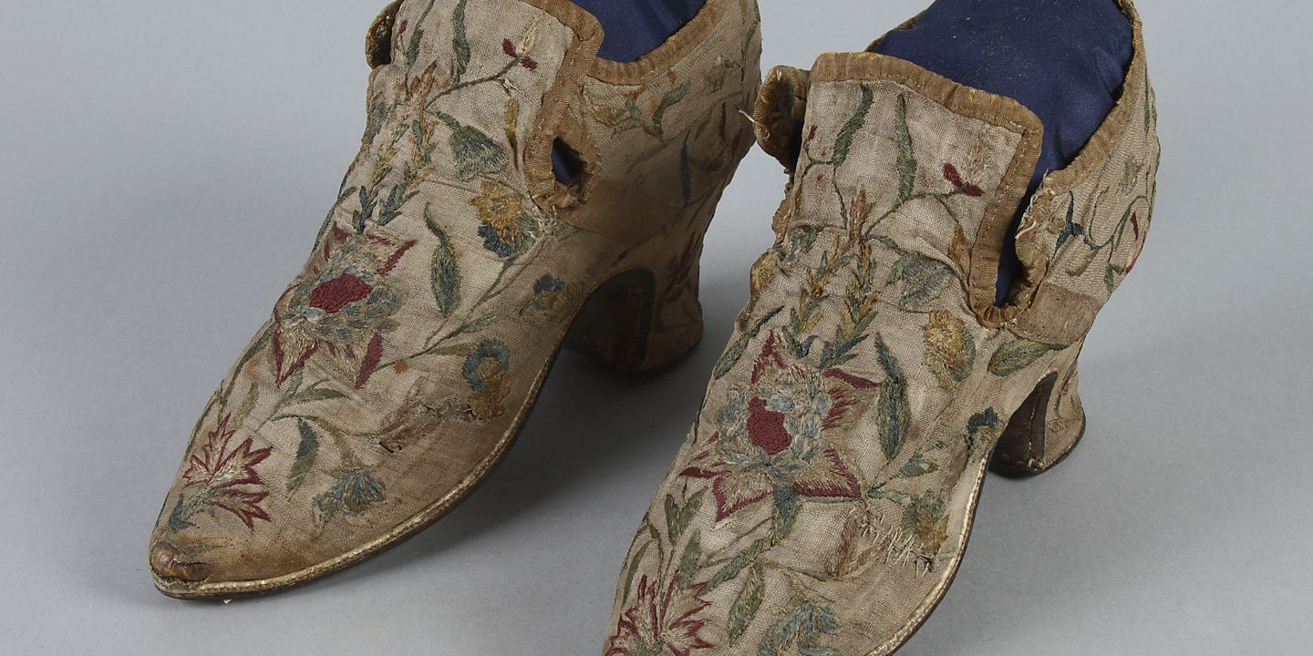 H4448-55 Tie shoes, pair, womens, embroidered linen / leather, maker unknown, [England], late 17th - early 18th century. Click to enlarge.
