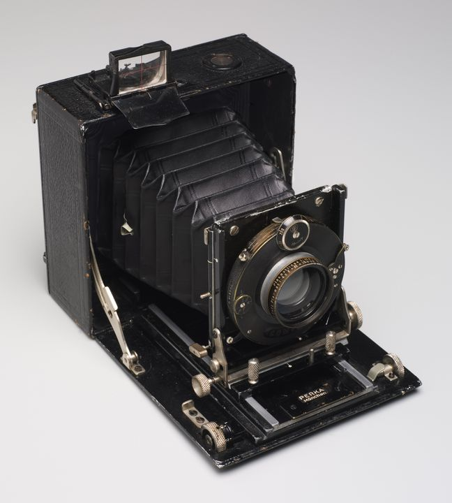 92/1417 Camera and accessories in case, metal / plastic / glass / leather / velvet, made by various manufacturers, 1925-1931, used by Hedda Morrison. Click to enlarge.