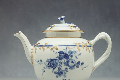 2005/200/7 Teapot with lid, blue floral deocration, gold gilt, porcelain, hand painted by James Giles, made by Royal Worcester, Worcester, England, c. 1770