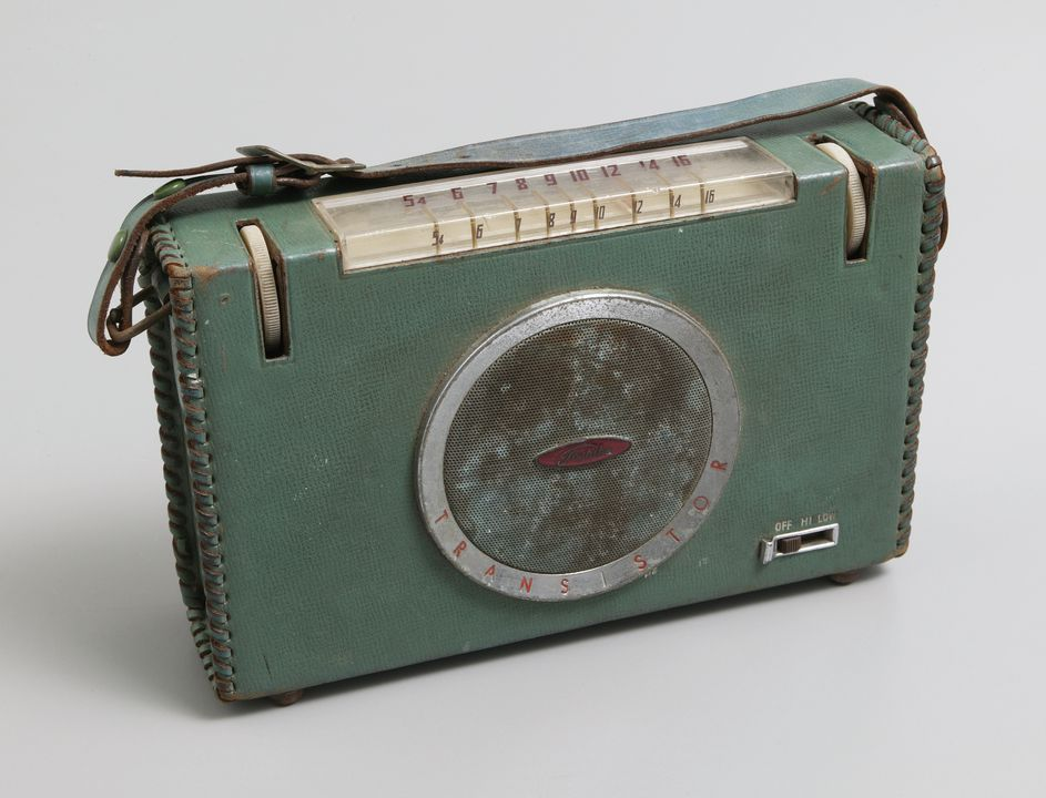 2002/140/1 Transistor radio, Toshiba 6TR-127, metal / plastic / leather / electronic components, designed and made by Tokyo Shibaura Electric Co. Ltd, Kawasaki, Japan, 1957. Click to enlarge.