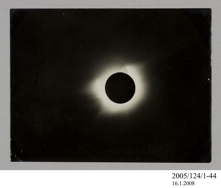 2005/124/1-44 Photograph, part of collection owned by James Short, black and white, total solar eclipse, paper, photographer unknown, at unknown location, 1890-1922. Click to enlarge.