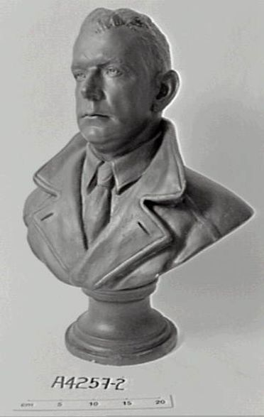 A4257-2 Bust, Charles Ulm, plaster / bronze, made by Thelma Dahle, Australia, 1929-1939