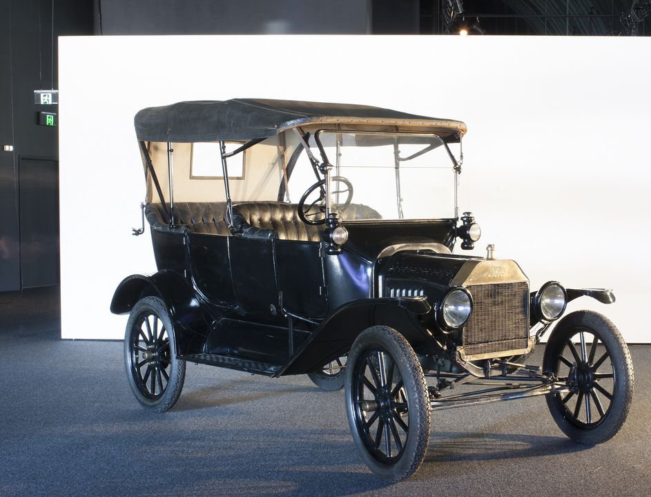 B727 Automobile, full size, Ford Model T car, 5-passenger, 4-door tourer, No. C55005, metal / rubber / glass, designed by Henry Ford with Joseph Galamb and C.H. Wills, 1906-1908, Detroit, Michigan, USA, made by Ford Motor Co., Walkerville, Ontario, Canada, 1916. Click to enlarge.