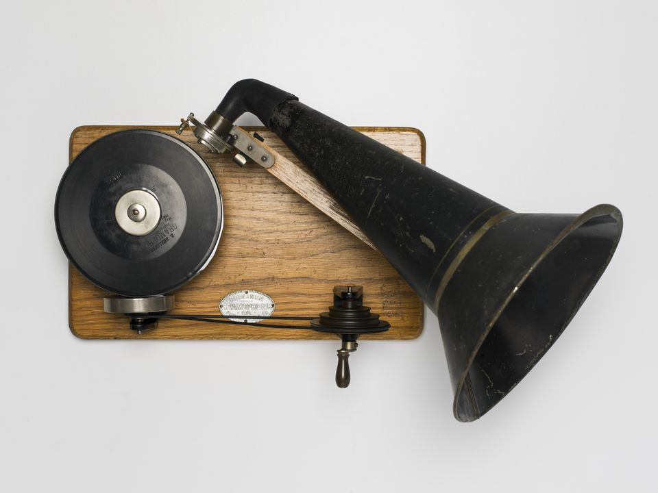 94/57/1 Gramophone and accessories, with records (4), hand wound, metal / wood / felt / leather, made by Berliner Gramophone Co, Philadelphia, Pennsylvania, United States of America, 1893-1896. Click to enlarge.