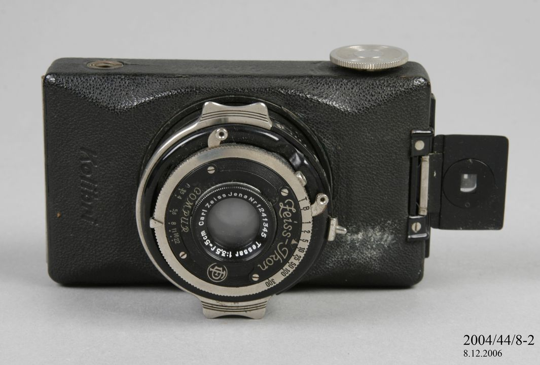 2004/44/8-2 Pocket camera, part of collection 'Kolibri', metal / plastic / glass / leather, Zeiss Ikon, Germany, 1930-1935. Click to enlarge.