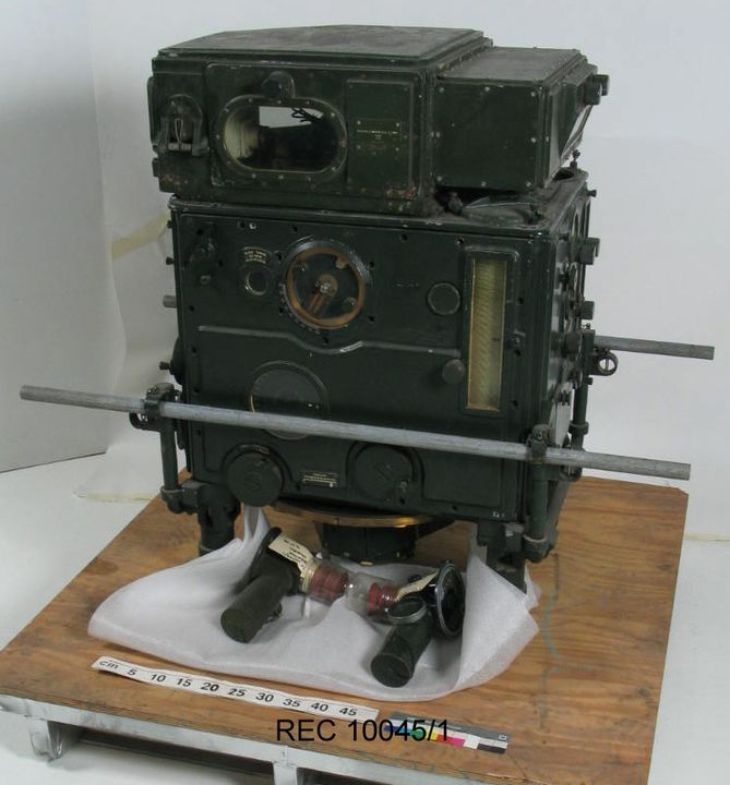 2010/1/285 Analogue computer, Anti-Aircraft Predictor, Vickers No.1 Mk III, metal / glass, designed by Vickers Limited, England, 1924, made by Sperry Gyroscope, United States of America, 1942. Click to enlarge.