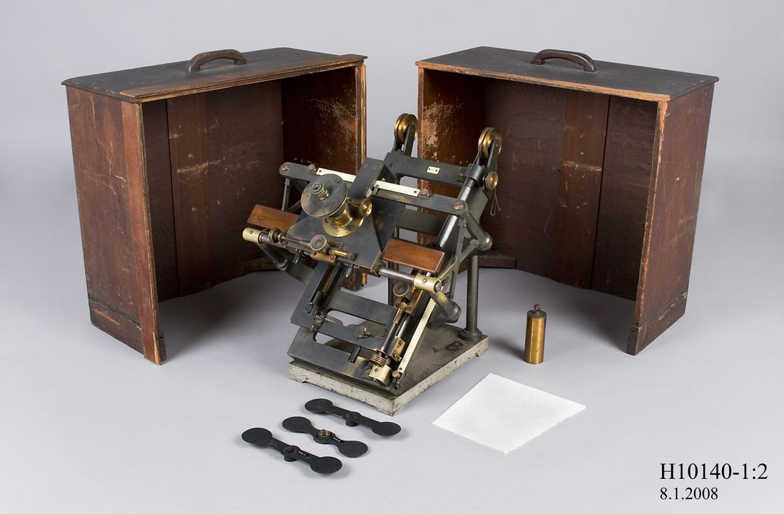 H10140 Optical instrument, for measurement of astronomical photograph plates, metal / glass / wood, used at Sydney Observatory, designed by H H Turner, made by Troughton and Simms, London, England, 1892-1915. Click to enlarge.